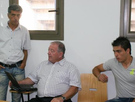 טשיירה עם צ´יזיק. הכדור בידיים של חיפה (רועי גלדסטון) (צילום: מערכת ONE)