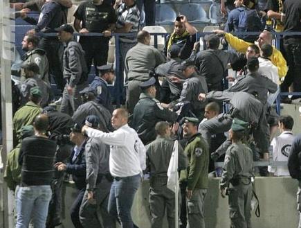 """אוהדי בית""""ר והמשטרה במהומות בבלומפילד (קובי אליהו) (צילום: מערכת ONE)"""