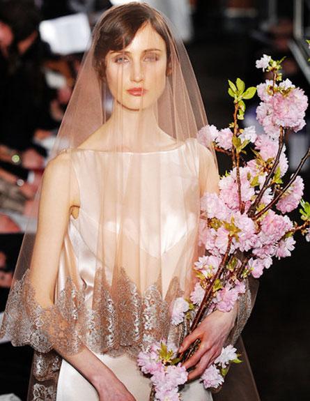 שמלת כלה בגוון שמפניה של קרולינה הררה