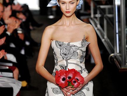 שמלת כלה עם עיטורים שחורים של קרולינה הררה