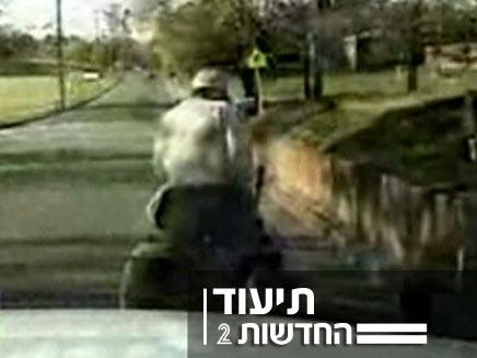 שוטרים עצרו אדם שהתפרע עם מכסחת דשא (צילום: חדשות 2)