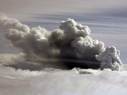 עשן יוצא מהר הגעש באיסלנד (צילום: רויטרס)