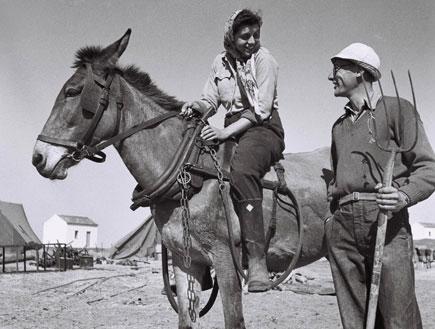 חלוץ וחלוצה על גב סוס (צילום: GPO, GettyImages IL)