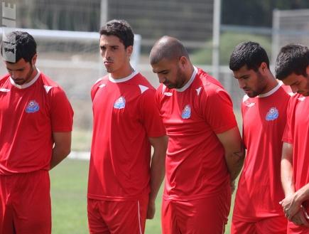 שחקני הפועל חיפה עומדים בדקת הדומיה (עמית מצפה) (צילום: מערכת ONE)