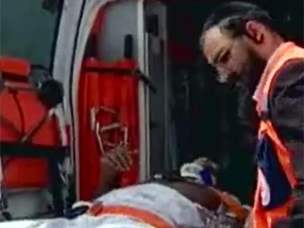"""הפצוע מפונה ע""""י צוותי החילוץ (צילום: חדשות 2)"""