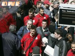 שחקני ליברפול ברכבת בדרך ללונדון ומדריד (רויטרס) (צילום: מערכת ONE)