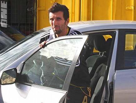 אריק בנאדו יוצא מהאוטו. נשלח למעצר בית (אמיר לוי) (צילום: מערכת ONE)