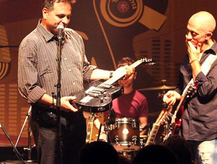 אבי סינגולדה מקבל גיטרה מרשת ג' 2 (צילום: טוני פיין)