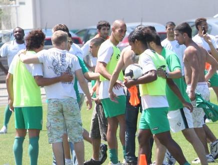אוהדי חיפה והשחקנים באימון היום (עמית מצפה) (צילום: מערכת ONE)