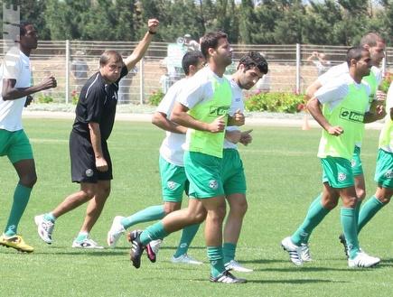 דקל קינן רץ עם חבריו באימון מכבי חיפה, היום (עמית מצפה) (צילום: מערכת ONE)