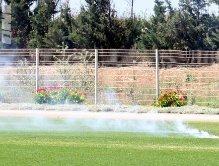 רימון עשן שנזרק במהלך אימון הבוקר של מכבי חיפה (עמית מצפה) (צילום: מערכת ONE)