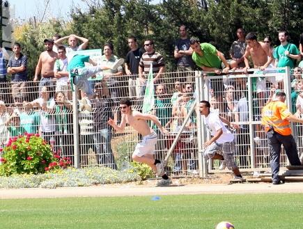 אוהדי מכבי חיפה פורצים לכר הדשא (עמית מצפה) (צילום: מערכת ONE)