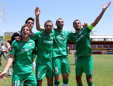 שחקני חיפה חוגגים בסיום המשחק (שי לוי) (צילום: מערכת ONE)