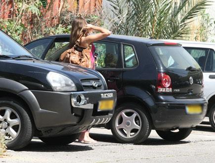 דנה פרידר בדרך למדוד פאות (צילום: אלעד דיין)