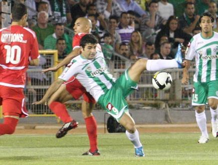 דבאלשווילי מנסה להשתלט על כדור מול דה סילבה (עמית מצפה)