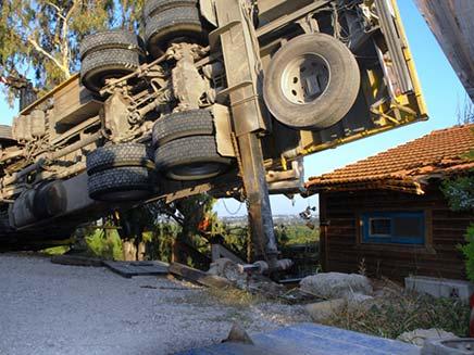 התהפכות משאית מנוף (צילום: חדשות 2)