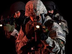 חיילים מכוונים רובה