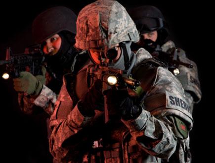 חיילים מכוונים רובה (צילום: Jacom Stephens, Istock)