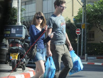 רז מאירמן והחברה בקניות (צילום: אלעד דיין)