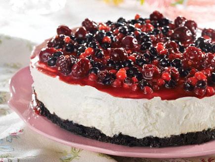עוגת גבינה קרה עם שוקולד לבן בציפוי פירות יער (צילום: רונן מנגן, חוברת המתכונים של תנובה לשבועות)