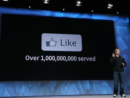 מארק צוקרברג והלייק של פייסבוק (צילום: Justin Sullivan, GettyImages IL)