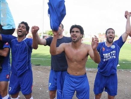 שחקני אשקלון חוגגים את הניצחון (דרור עינב) (צילום: מערכת ONE)