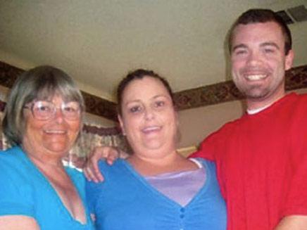 הסבתא והנכד המאוהבים עם האם הפונדקאית (צילום: right celebrity)