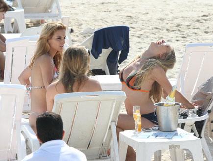 בנות הרווק משתזפות בים רגע לפני הגמר 5 (צילום: אלעד דיין)