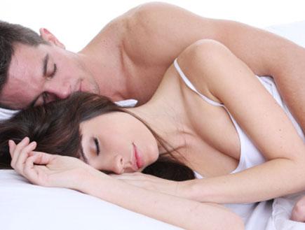 גבר ואישה מתכרבלים במיטה (צילום: CareyHope, Istock)