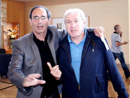 פרננדז עם שיימן בהילטון. חתם על החוזה (בעז גורן) (צילום: מערכת ONE)
