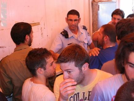 גם השוטרים לא הצליחו להרגיע את אוהדי מכבי תל אביב (אור שפונדר) (צילום: מערכת ONE)