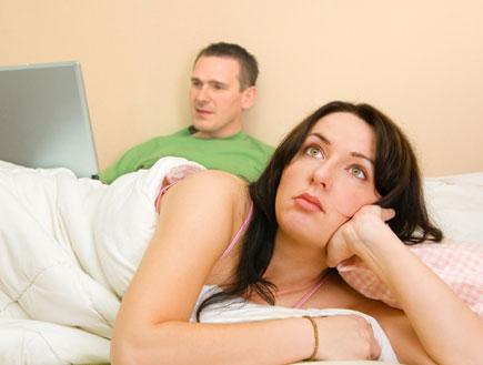 במיטה: הוא עם הלפטופ, היא משועממת (צילום: Monika Wisniewska, Istock)