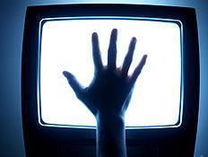 יד על מסך טלוויזיה (צילום: George Doyle, GettyImages IL)