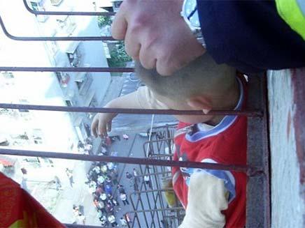 ילד סיני נתקע עם ראשו בסורגים (צילום: דיילי מייל)