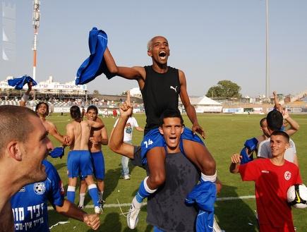 יחיאל צגאי מונף על הכתפיים בדרך לליגת העל (שי לוי) (צילום: מערכת ONE)