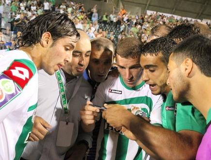 שחקני חיפה רואים את המשחק של הפועל  בפלאפון (עמית מצפה) (צילום: מערכת ONE)