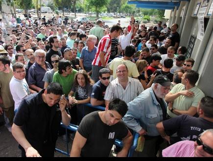 אוהדי חיפה גודשים את הקופות (עמית מצפה) (צילום: מערכת ONE)
