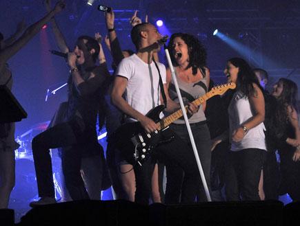 עברי לידר, אסף אמדורסקי, קהל על הבמה (צילום: רועי ברקוביץ')