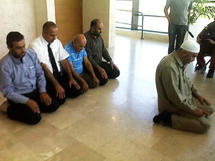 """השייח' ראאד סלאח מתפלל בביהמ""""ש (צילום: עזרי עמרם)"""