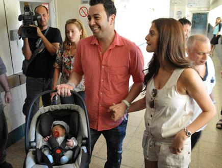 ליאור נרקיס יוצא עם הילד מבית חולים (צילום: אלעד דיין)