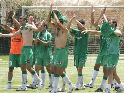 שחקני חיפה חוגגים את הניצחון החשוב (קובי אליהו) (צילום: מערכת ONE)