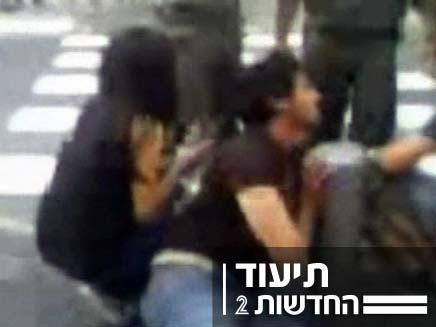"""צפו בתיעוד: שוטרים מכים אדם במרכז ת""""א (צילום: חדשות 2)"""