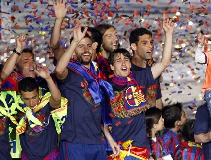שחקני ברצלונה חוגגים אליפות. פעם שלישית? (רויטרס) (צילום: מערכת ONE)