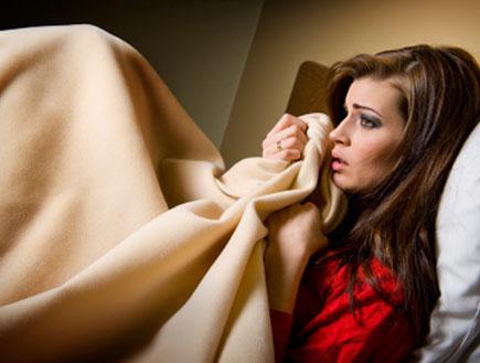 בחורה יושבת מאוכזבת במיטה (צילום: istockphoto)