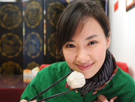 אישה סינית אוכלת (צילום: istockphoto)