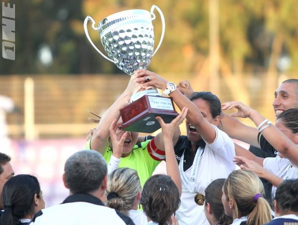 בנות חולון מניפות גביע שמיני ב-8 שנים (קובי אליהו) (צילום: מערכת ONE)