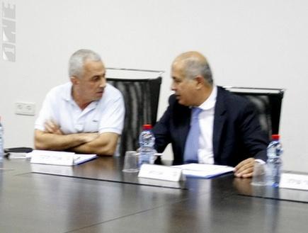 אבי לוזון עם שטרן חלובה במהלך הישיבה (אלעד ירקון) (צילום: מערכת ONE)