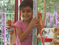 טיול עם ילדים: ילדה בגן שעשועים