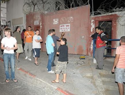 אוהדים שהגיעו להיפרד מהמגרש (אלעד דיין) (צילום: מערכת ONE)