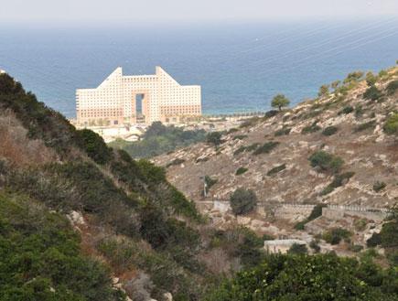 נוף חוף הים ובתי המלון נפרש לפנינו בעין משוטטים (צילום: ערן גל-אור, מסלולים> להתאהב בארץ מחדש)